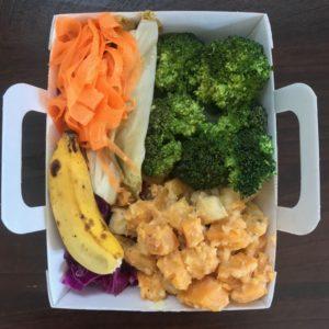 Salade de patate douce et banane poteau, brocolis et endives à l'ail, cubes de manguelundi 16-09 menu du mois